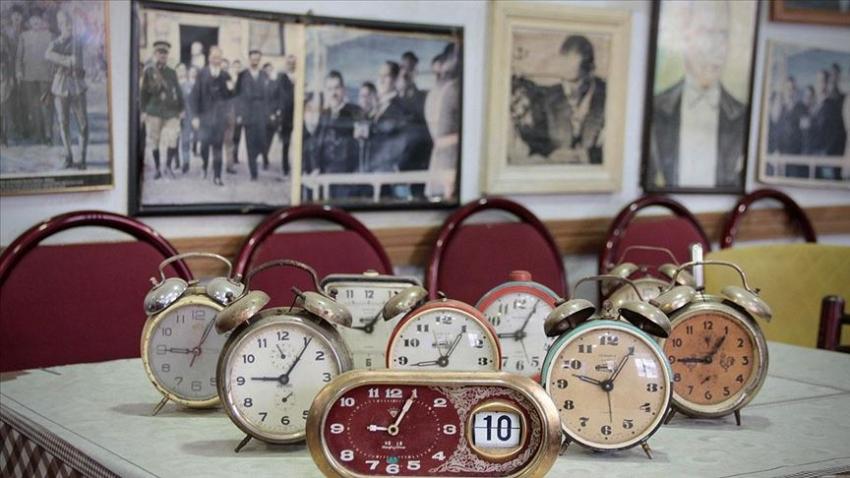 Atatürk posterleriyle donatılan kahvehanede saatler her zaman 9'u 5 geçiyor