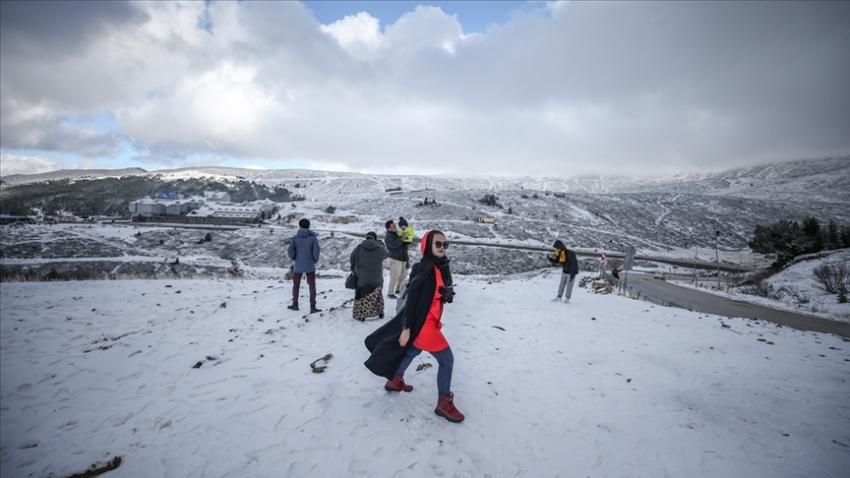 Uludağ'daki kar yağışı turizmcileri sevindirdi