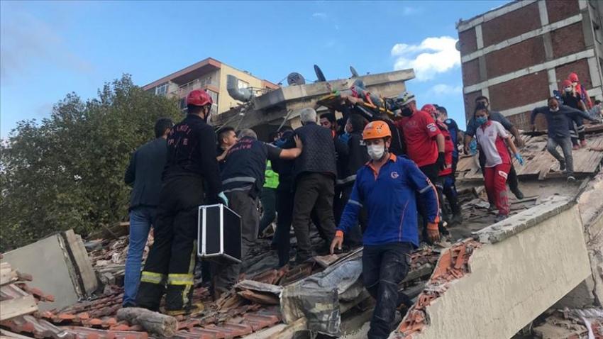 Bayraklı'da enkazdan 3 kişi yaralı çıkarıldı