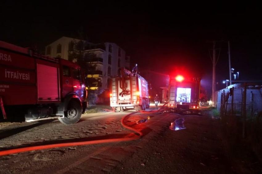 Bursa'da hurdalıkta çıkan yangın yerleşim yerlerine sıçramadan söndürüldü