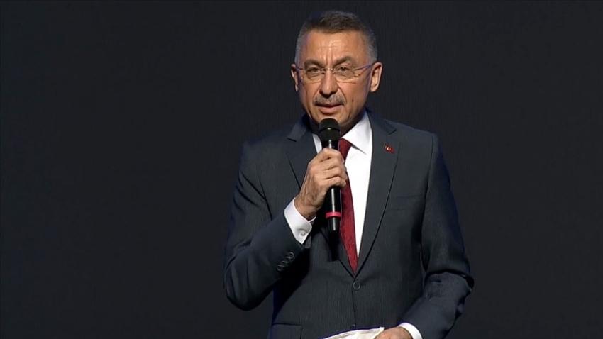 Cumhurbaşkanı Yardımcısı Oktay kürsüde rahatsızlandı