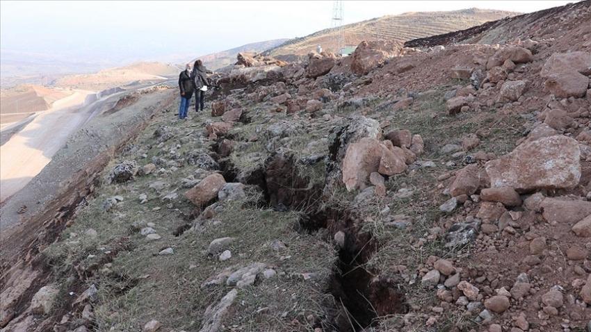 Deprem sonrası derin yarıklar oluştu