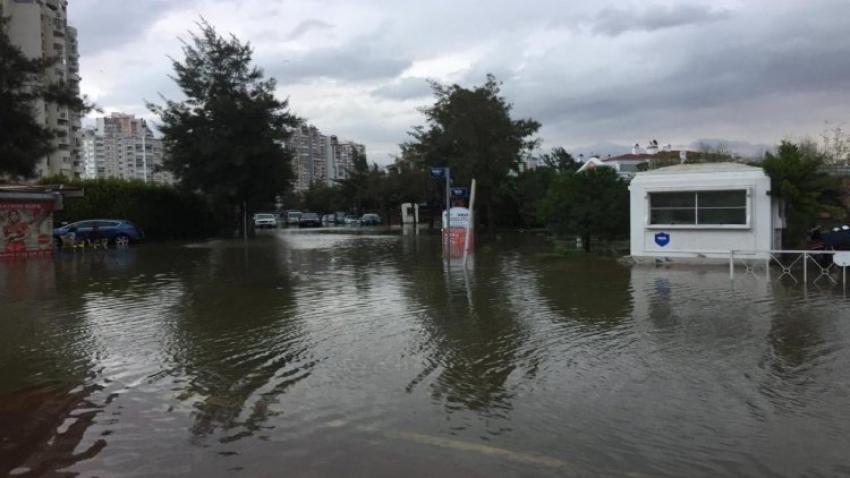 Depremin ardından su böyle taştı