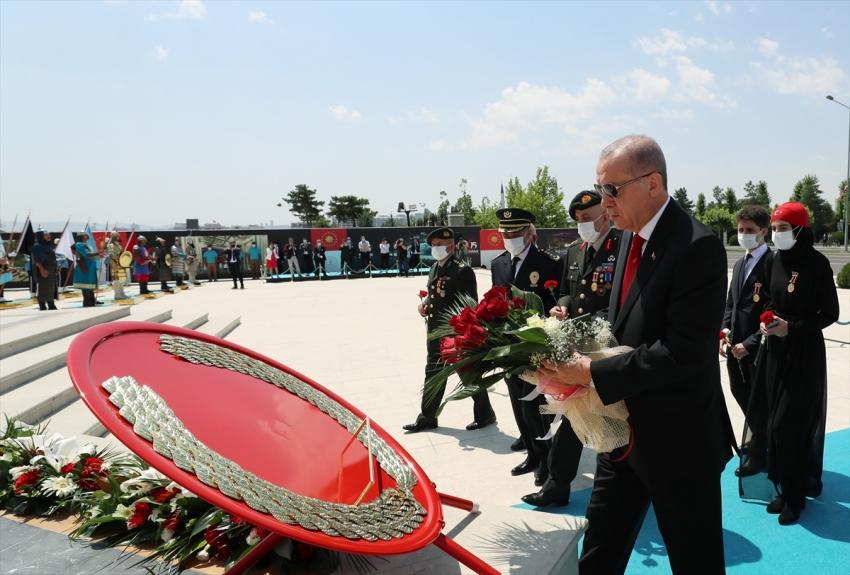 Erdoğan, 15 Temmuz Şehitler Abidesi'ne çiçek bıraktı
