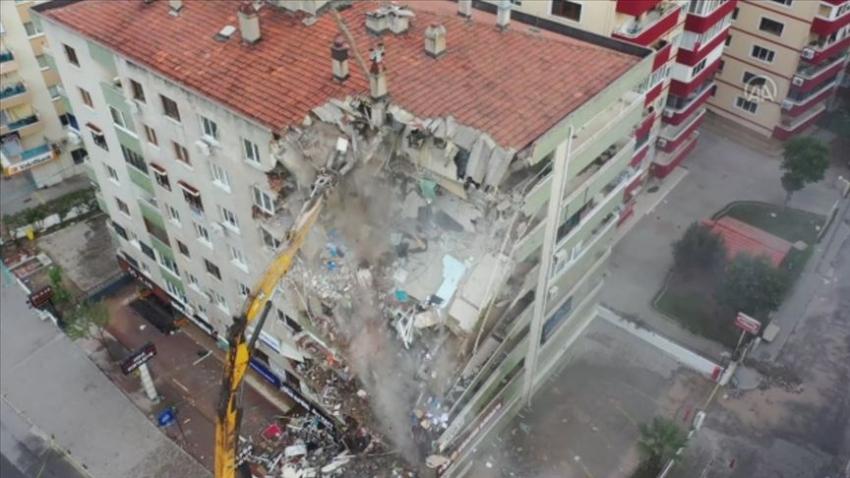 İzmir'de ağır hasarlı bina çöktü