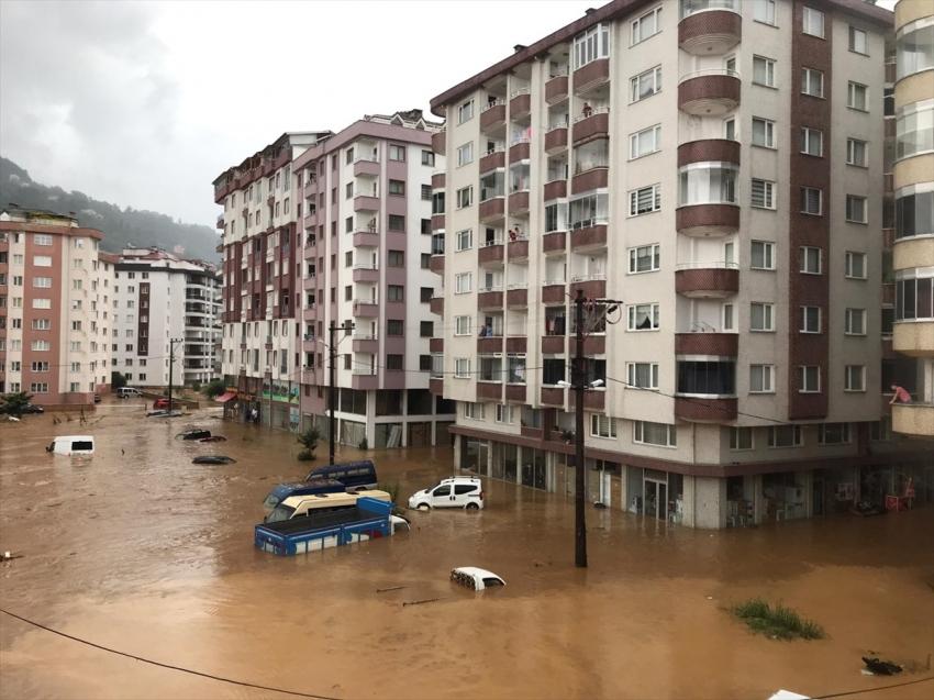 Şiddetli yağış Rize'de hayatı felç etti